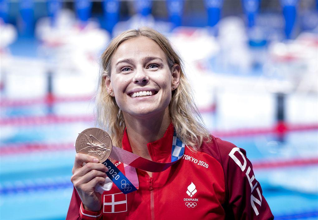 pernille blume smiler med medalje i hånden