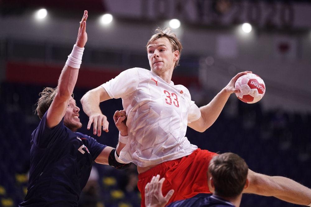 håndboldspiller i aktion ved OL i Japan