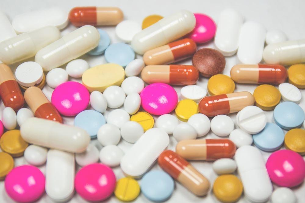 piller og kapsler ligger på bord