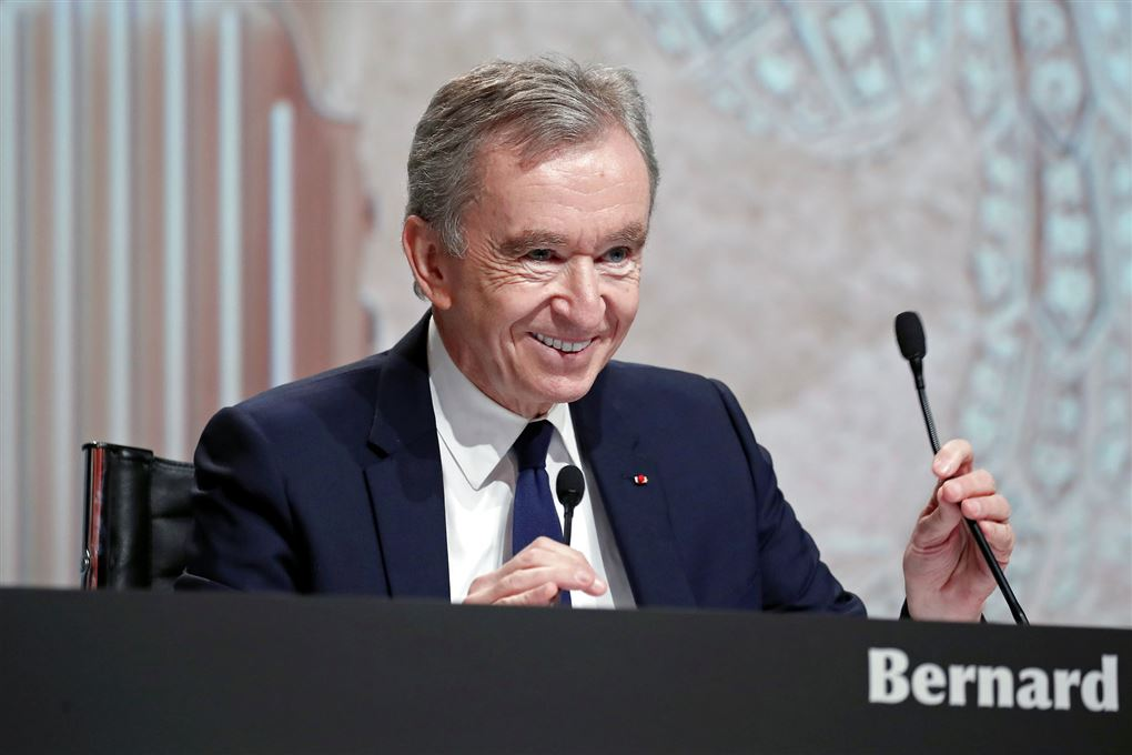 mand smiler fra talerstol