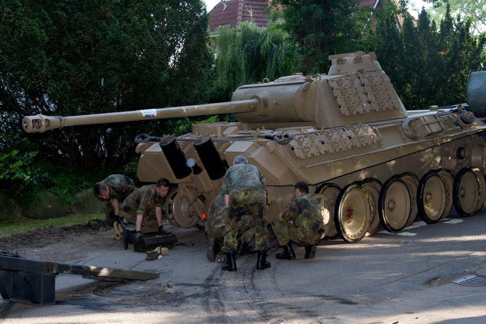 Soldater ved tank