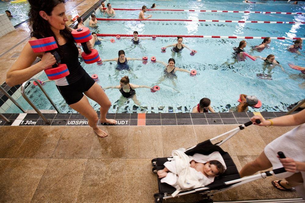 mennesker i svømmehal