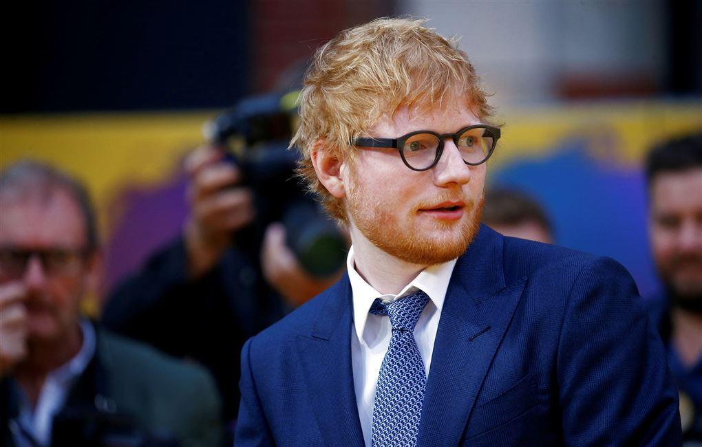 popstjernen ed sheeran i blåt jakkesæt