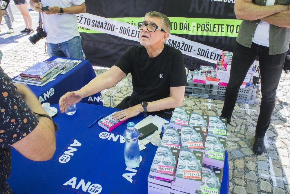 Andrej Babis skriver autografer