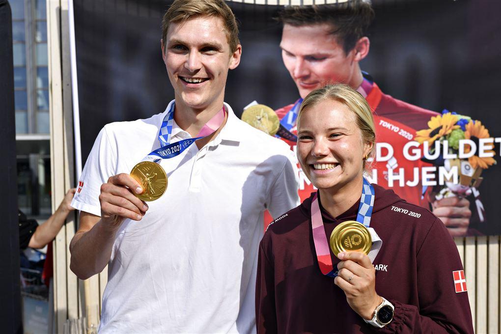 Viktor Axelsen og Anne-Marie Rindom poserer med guldmedaljer