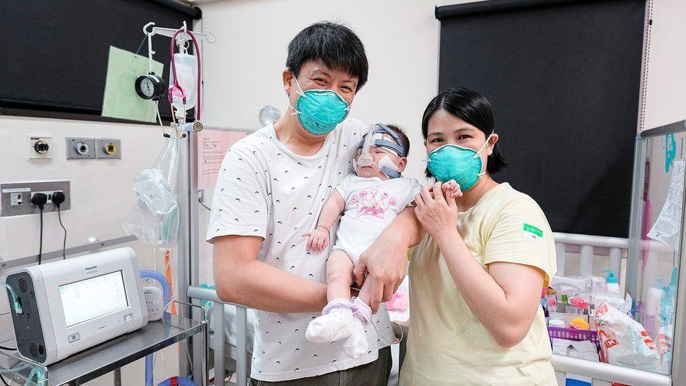 mor og far og baby på hospital