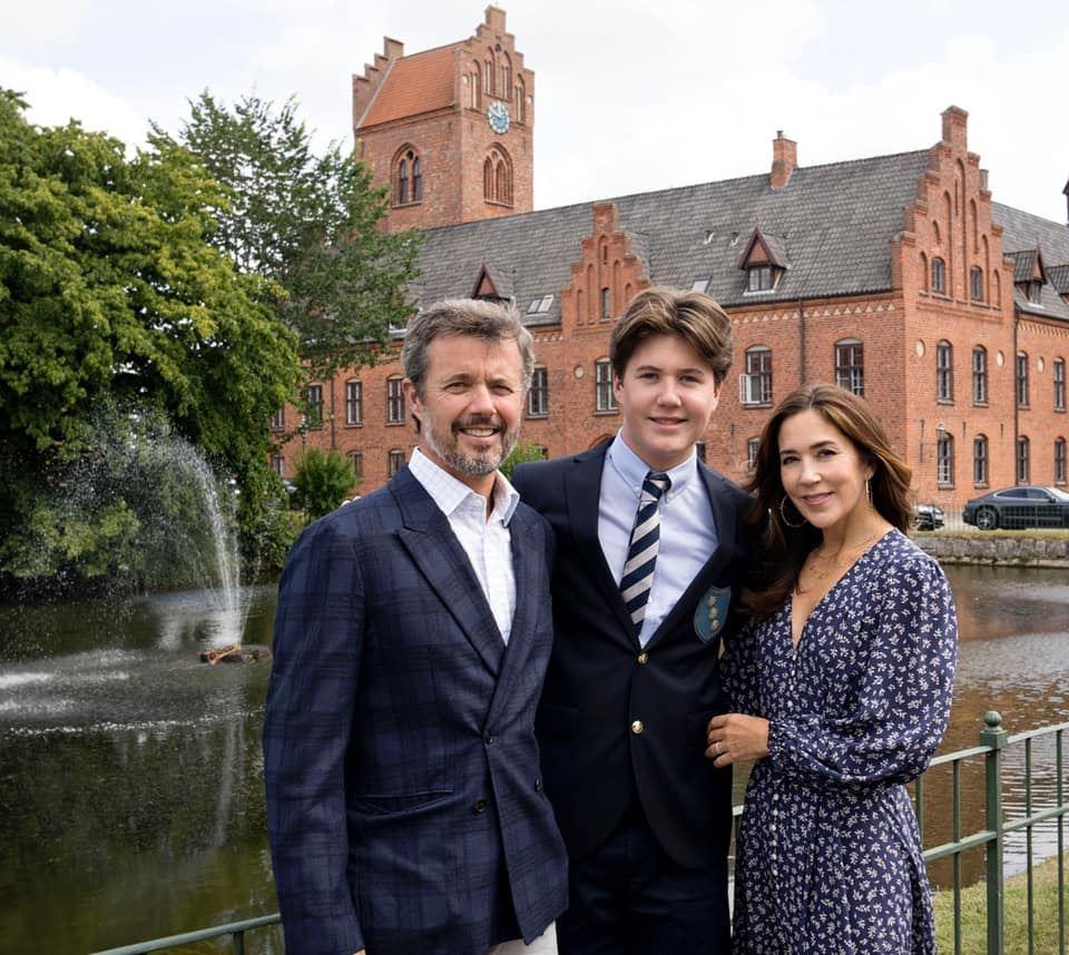 Frederik og Mary med Christian i midten. Bag dem ses Herlufsholm Kostskole.