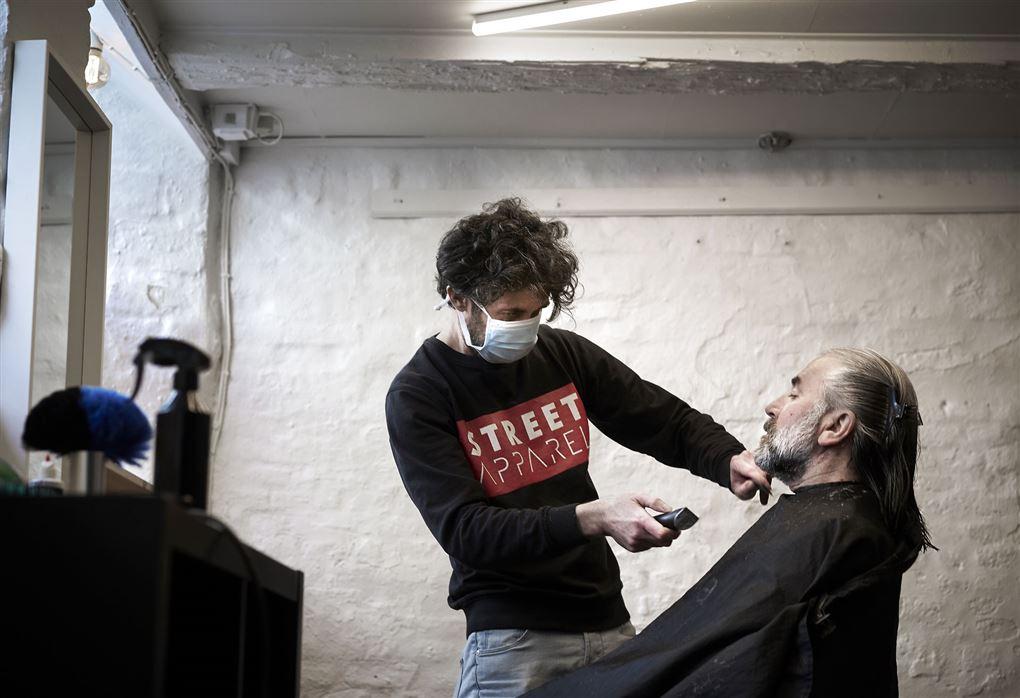 mand hos frisør