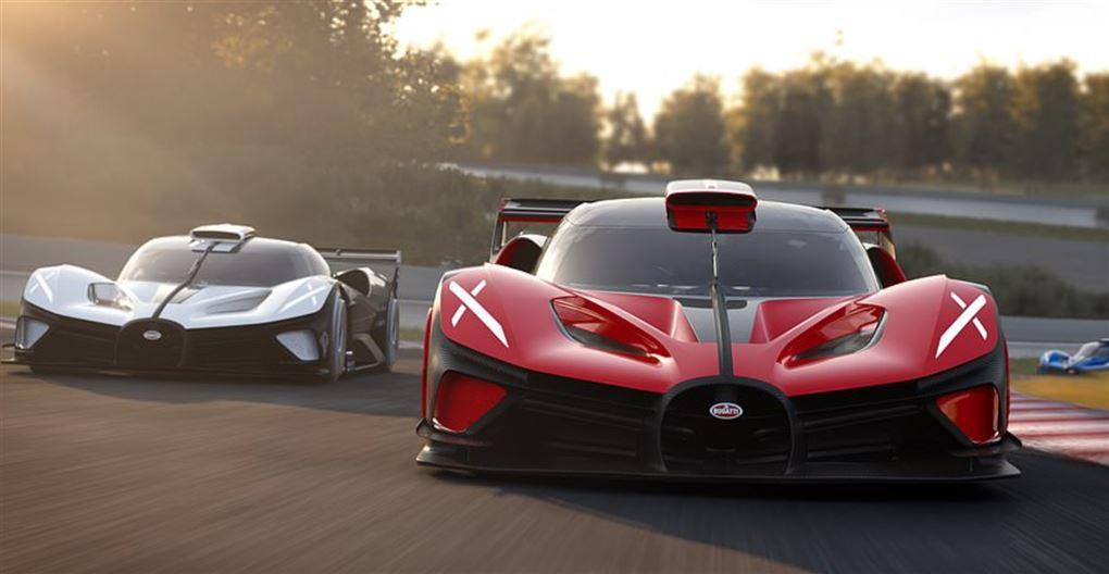 To sportsvogne på en bane