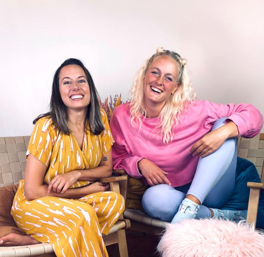 To smilende kvinder i en sofa