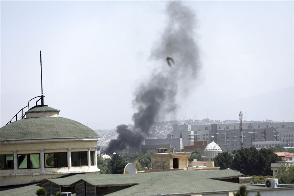 Røg op fra et hustag i Kabul.