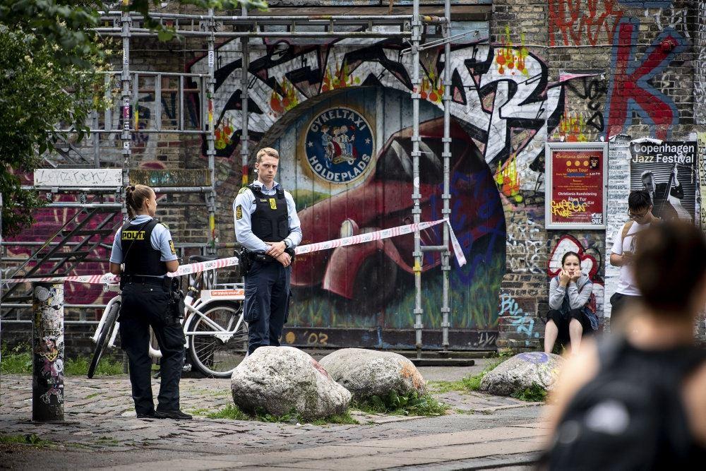 To betjente ved en afspærring ved Christiania.