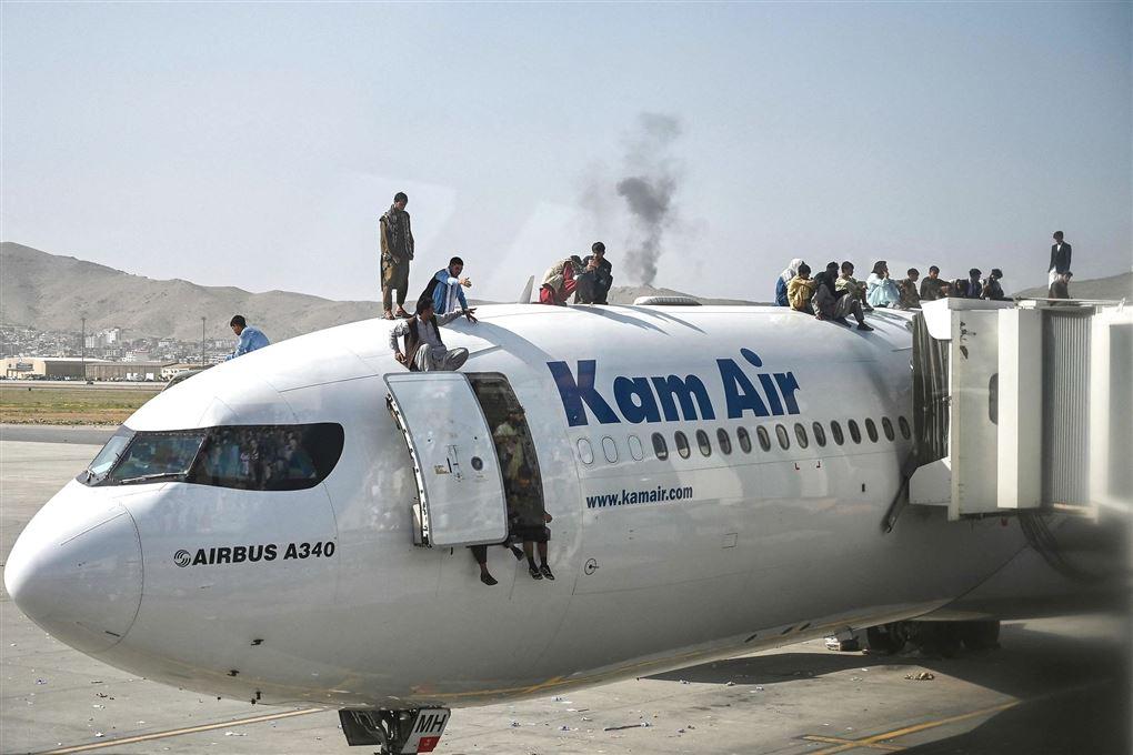 folk står på fly