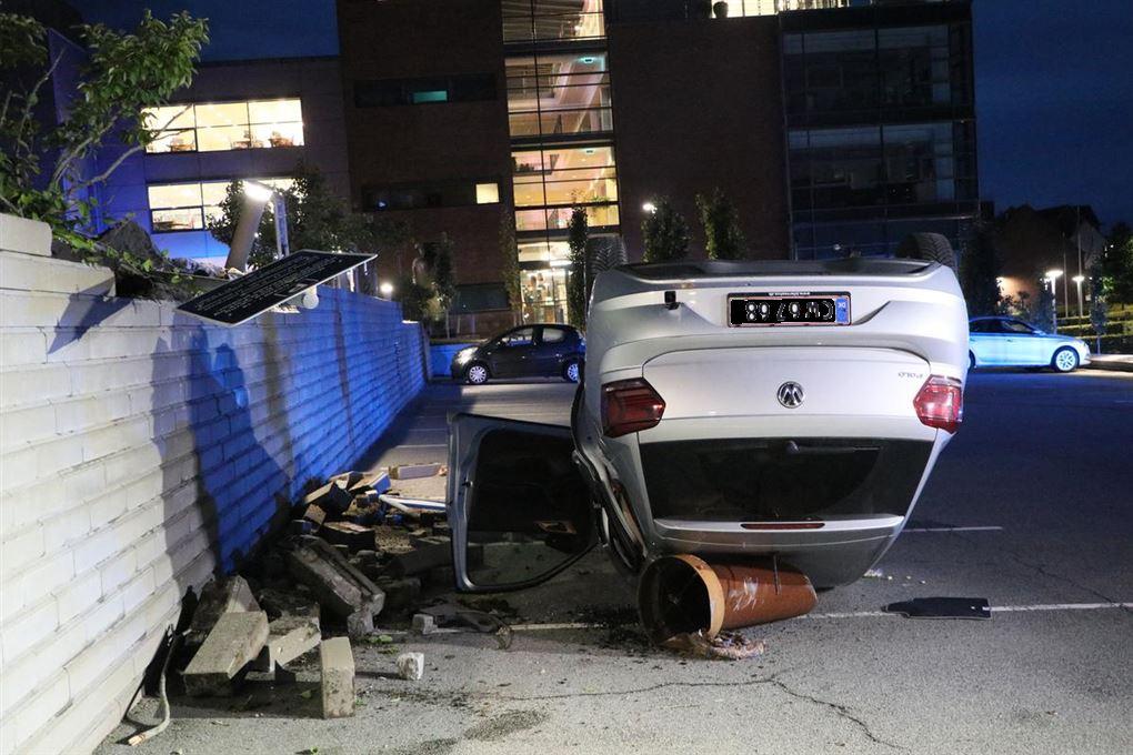 En bil ligger på taget