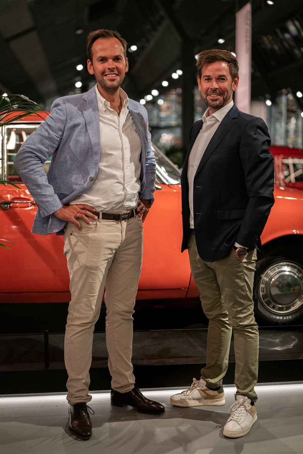 to mænd ved en samling biler