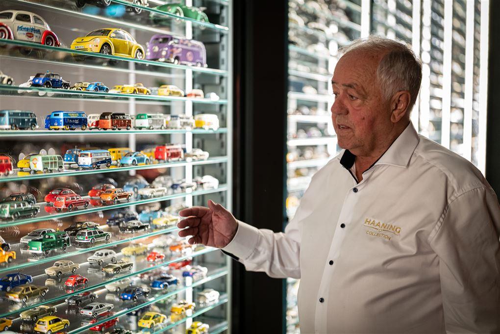 En mand med legetøjsbiler
