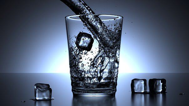 et glas med vand og isterninger