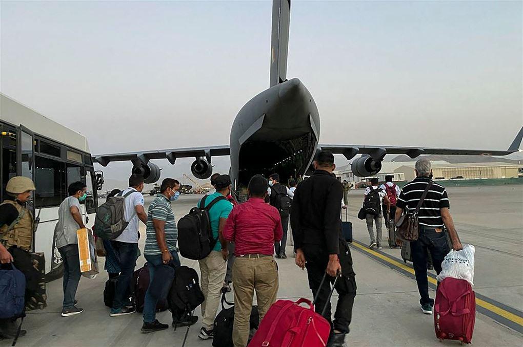 Personer på vej ind i fly