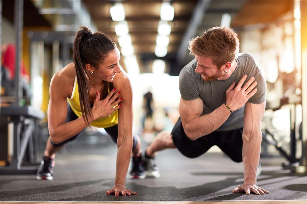 Mand og kvinde træner sammen