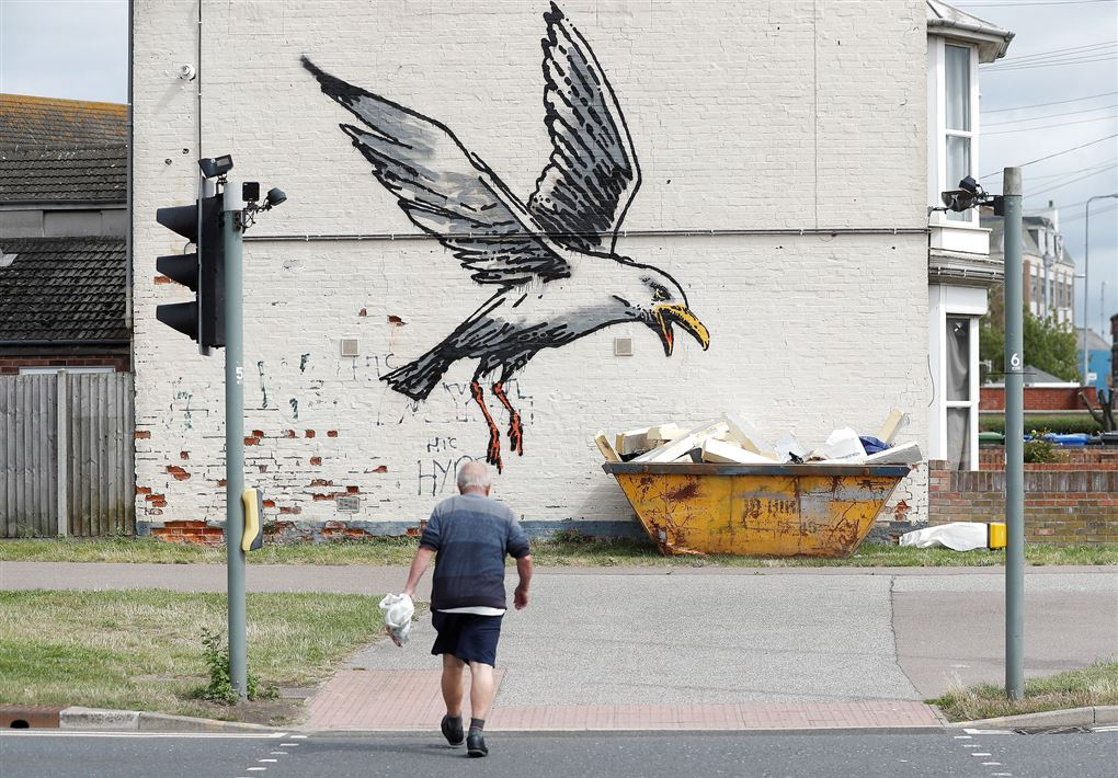 kunstværk på mur i by