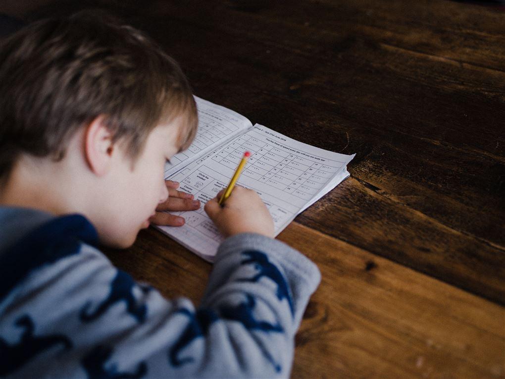 Dreng laver lektier