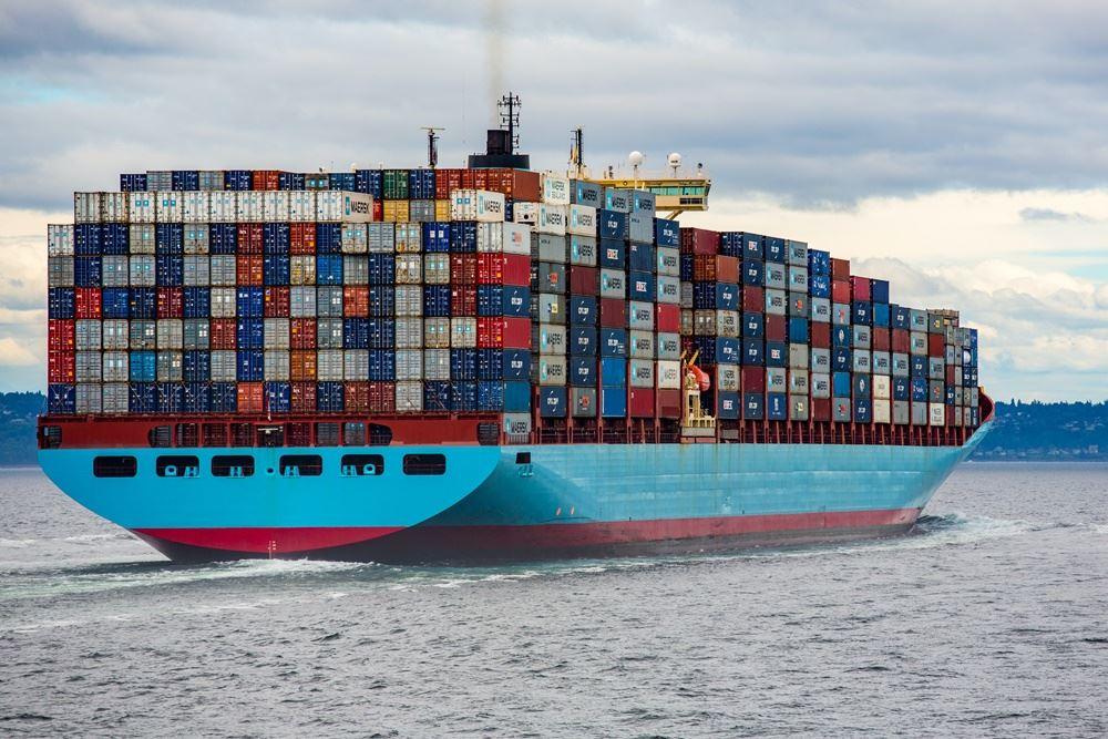 fragtskib fyldt med containere
