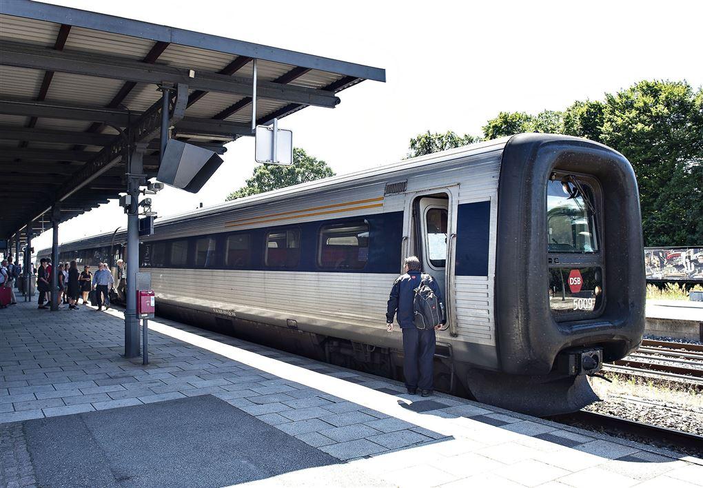 tog holder på station