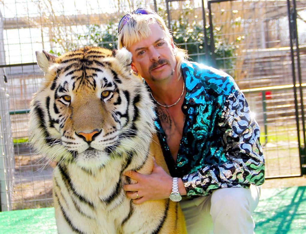 Mand med tiger