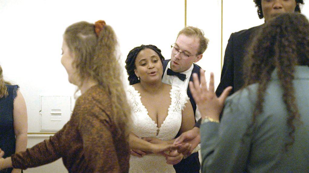 Et brudepar fester