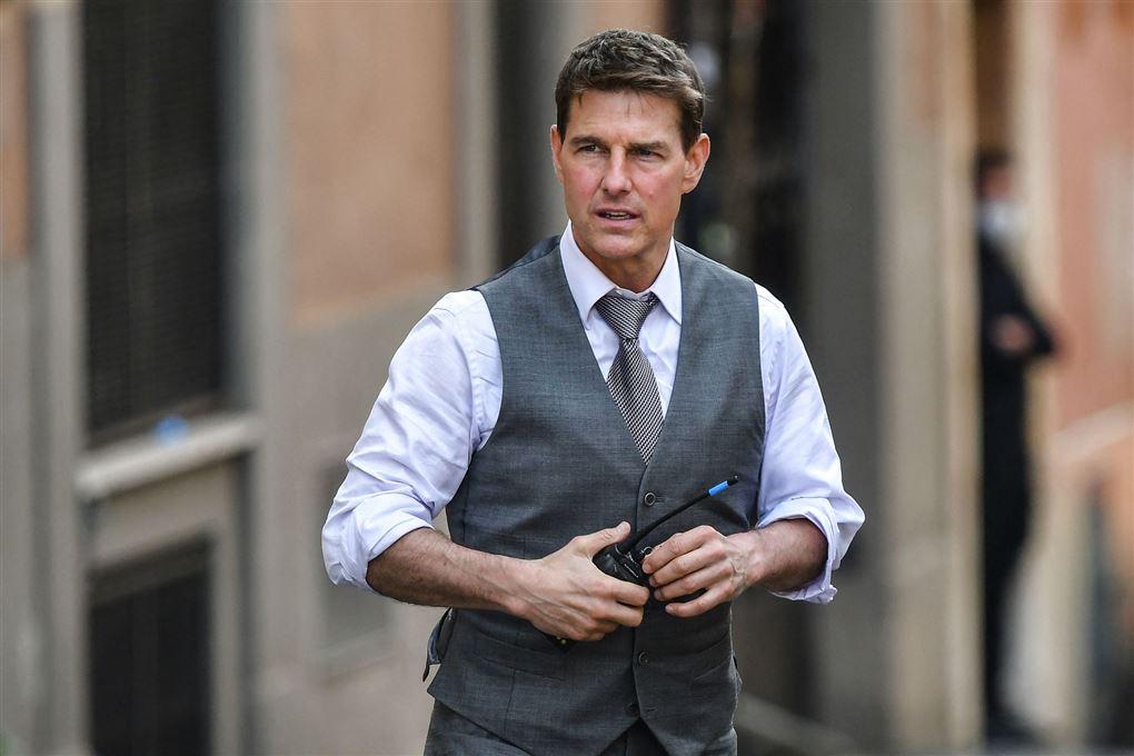 Tom Cruise i jakkesæt ser bekymret ud