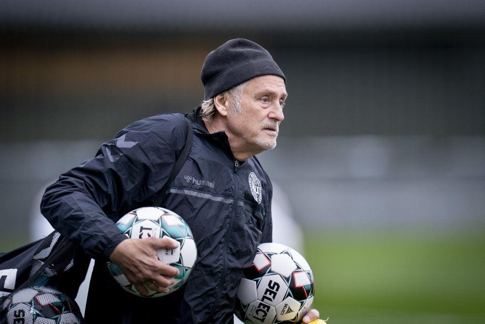 Lars Høgh i gråvejr på en fodboldbane med en bold under armen.