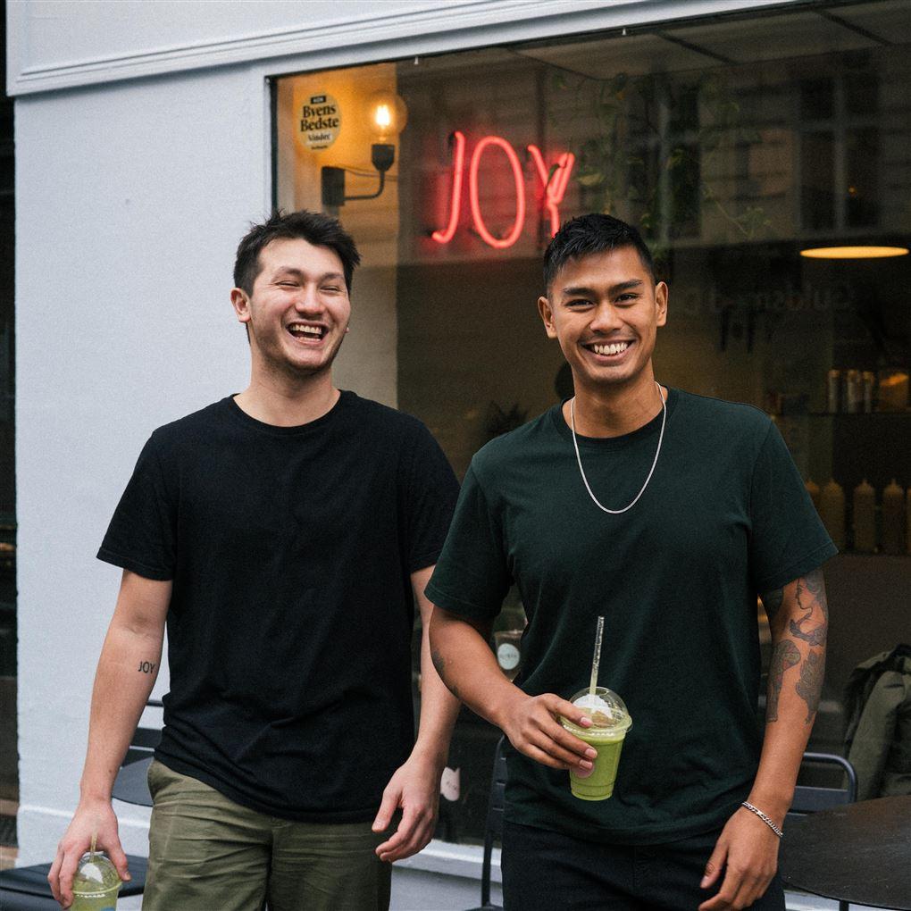 To smilende unge mænd