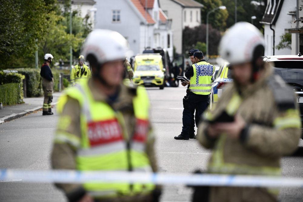 politifolk står på gade