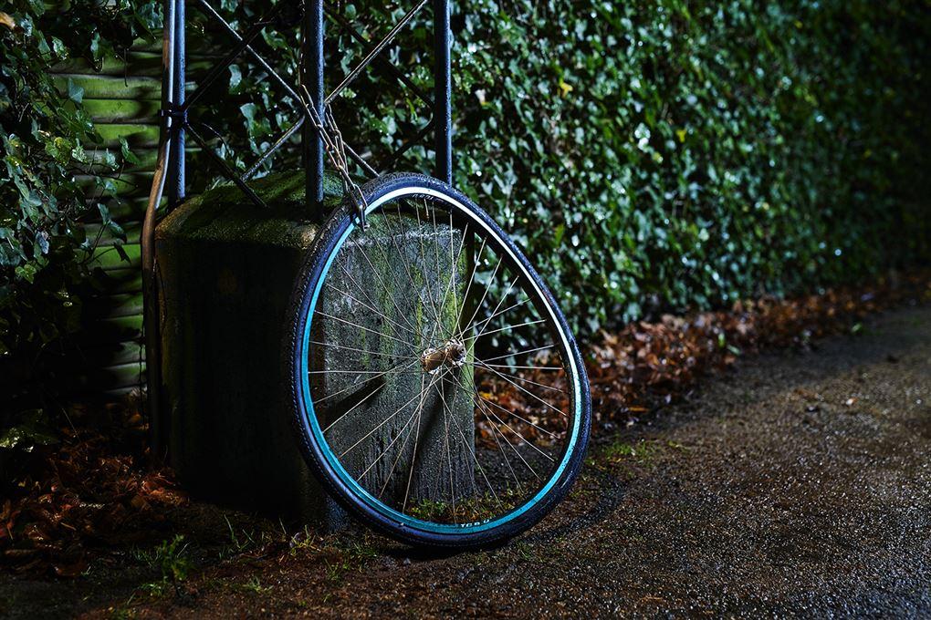 et cykelhjul låst til lygtepæl