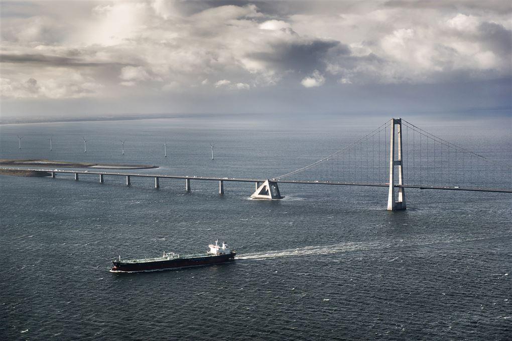 En stor bro med et skib nedenunder