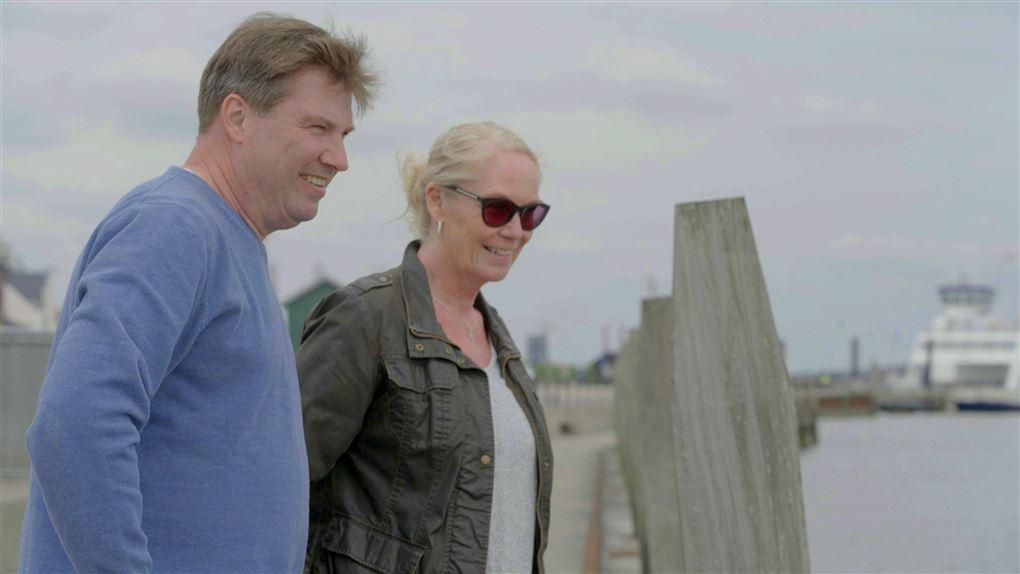 Et par ved en havn