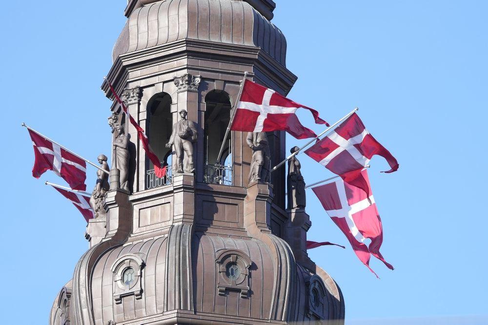 Christianborg med flag i toppen