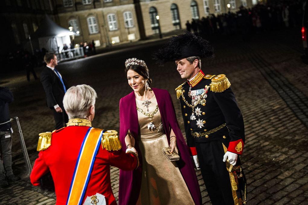 Kronprins Frederik og kronprinsesse Mary tager imod gæst ved nytårstaffel