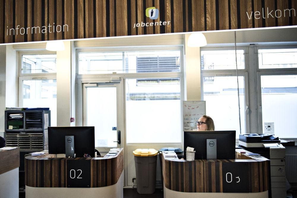Et kontorlandskab med en enkelt medarbejder bag en skærm.