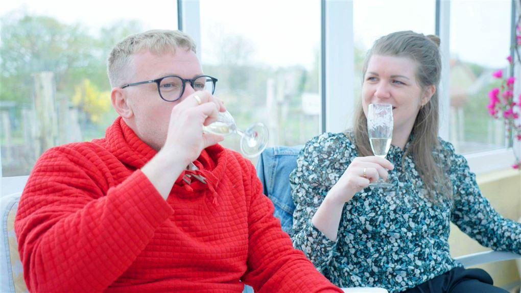 Et par drikker champagne