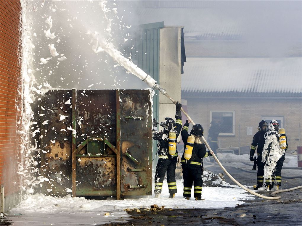 Brandmænd med skumsprøjter