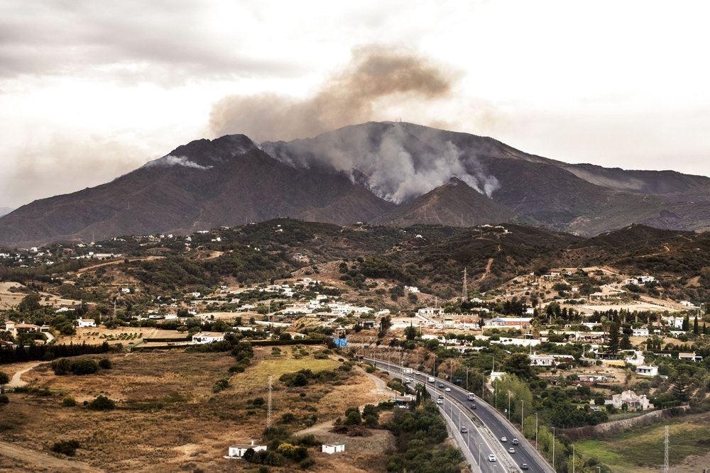 røg hen over et afbrændt bjergside