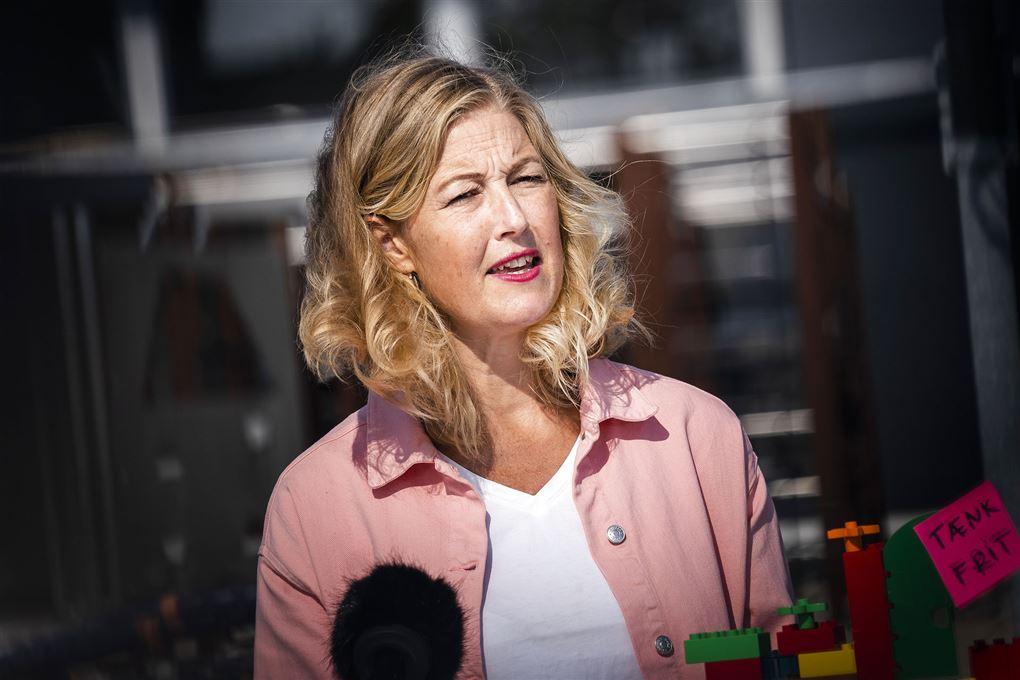 Sofie Carsten Nielsen taler ved et pressemøde.