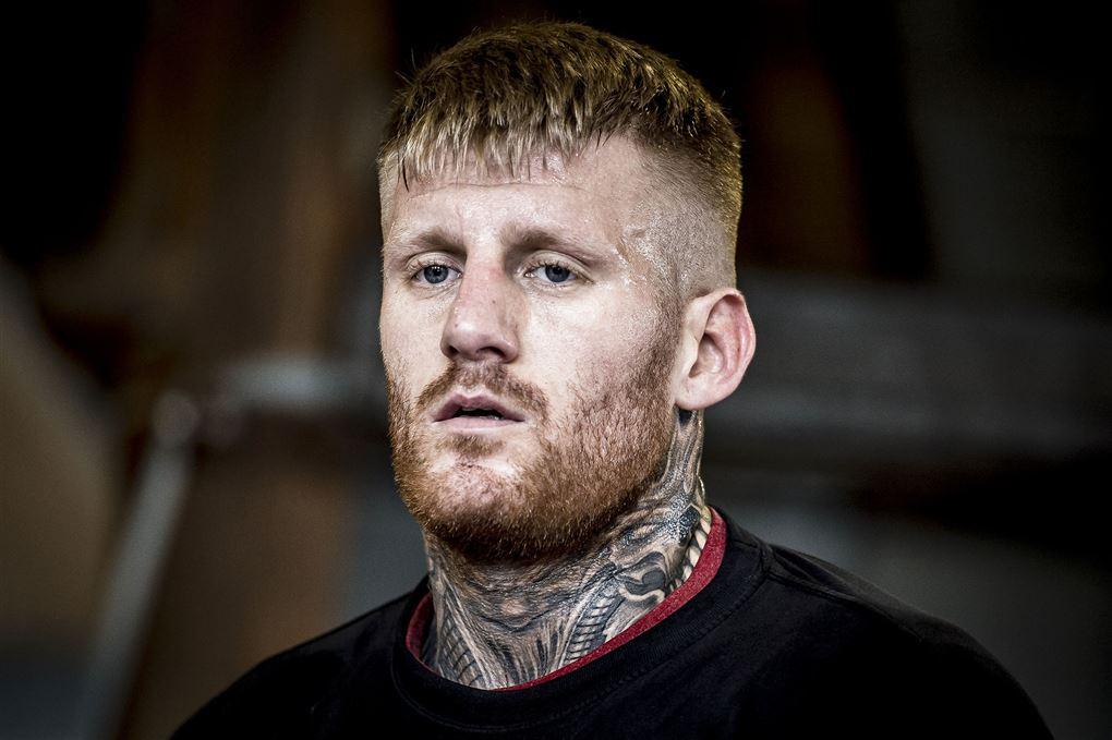 Patrick Nielsen med tatovering op ad hele halsen og et tomt blik.