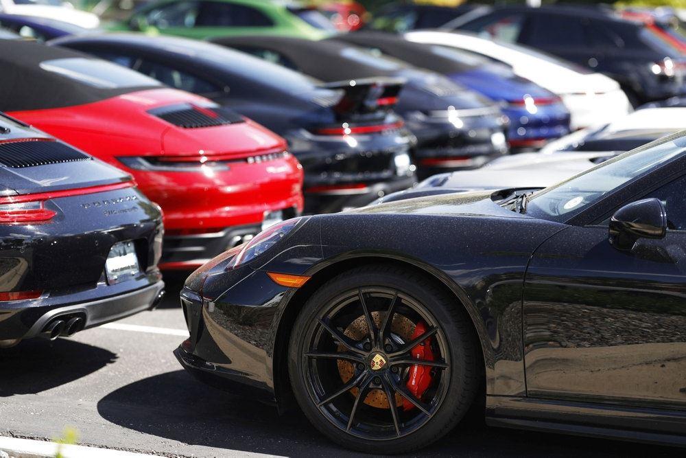 En række dyre biler blandt andet fra Porche holder parkeret