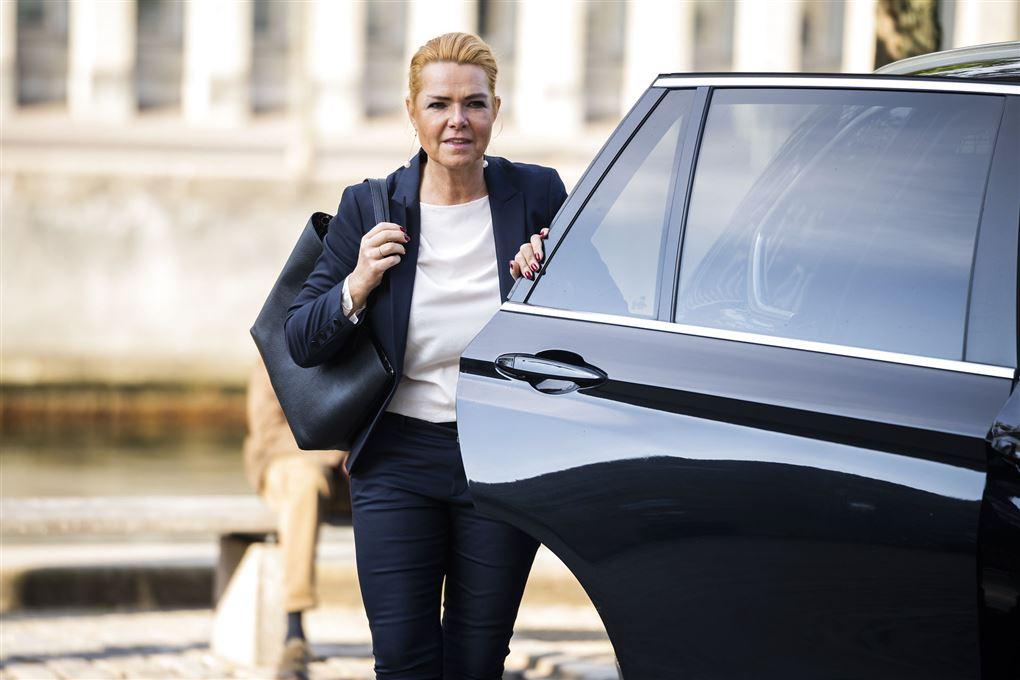 Inger Støjberg står ved bil