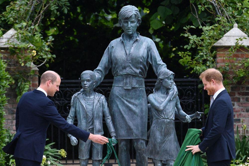 prins William og Harry står ved statue af Diana