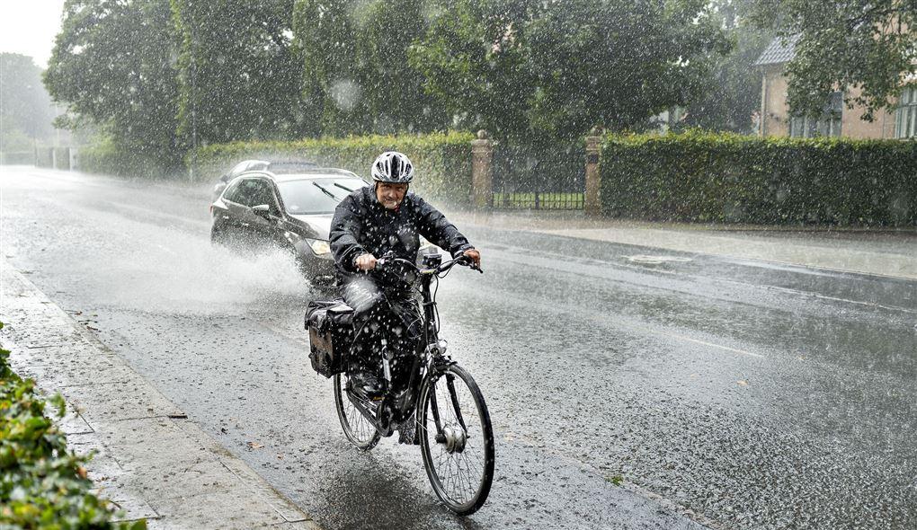 mand på cykel i regnvejr