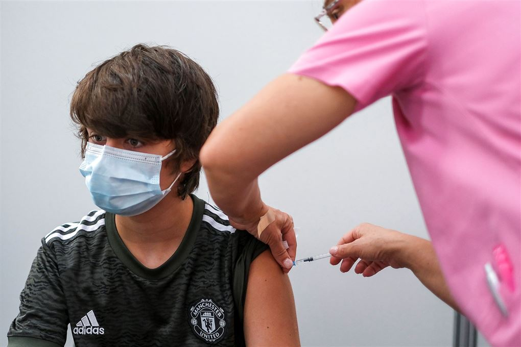 ung mand får vaccination i skulderen