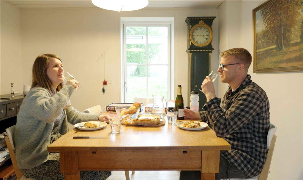 Et par ved et spisebord